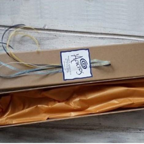 Γκρί ξύλινο ρολόι με μπρούτζινο γλυπτό ζευγάρι και αληθινό φυτό επιμεταλλωμένο με μπρούτζο.